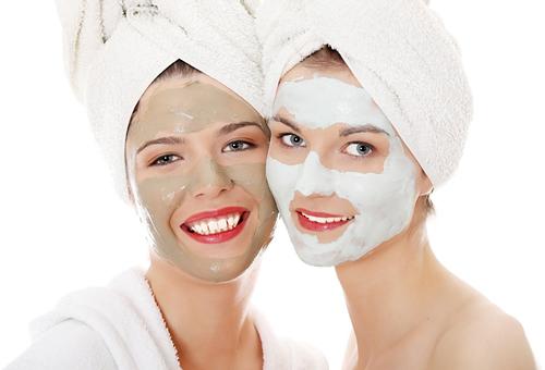девушки нанесли маски из глины на лицо