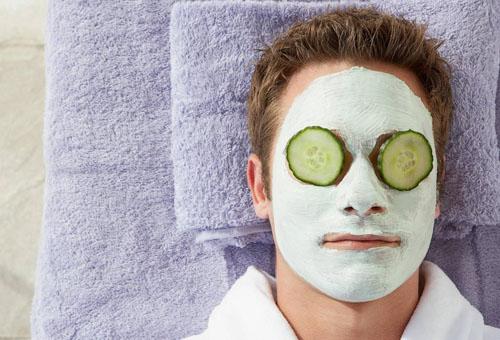 маска для лица из белой глины на мужчине