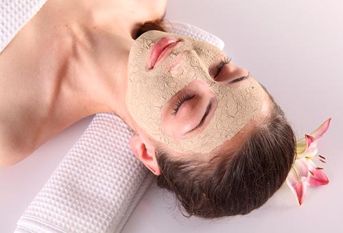Девушка с дрожжевой маской на лице