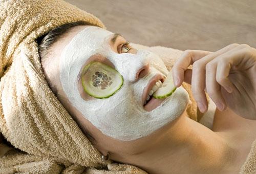 Девушка с отбеливающей маской на лице