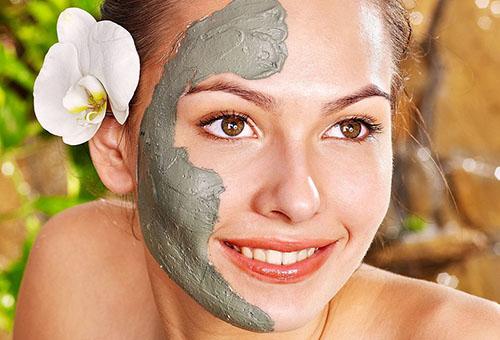 Нанесение маски из голубой глины на лицо