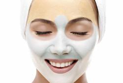 Девушка с маской из глины на лице