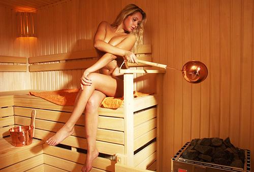 Девушка в сауне
