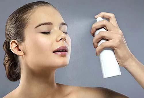 Девушка использует термальную воду