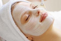 Нанесение белковой маски на лицо
