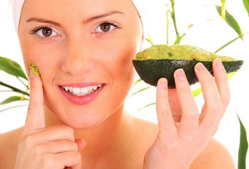 девушка наносит маску из масла авокадо