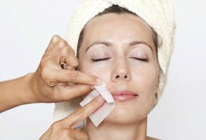 Применение восковой полоски для удаления волос на лице