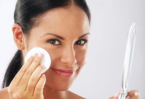 Протирание кожи лица оливковым маслом