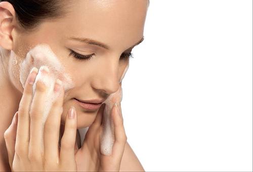 Тщательное очищение кожи лица перед пилингом