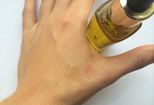 Тестирование косметического масла на коже рук