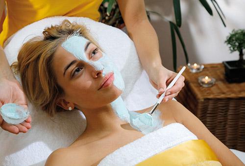 Отбеливающая маска для лица в салоне красоты