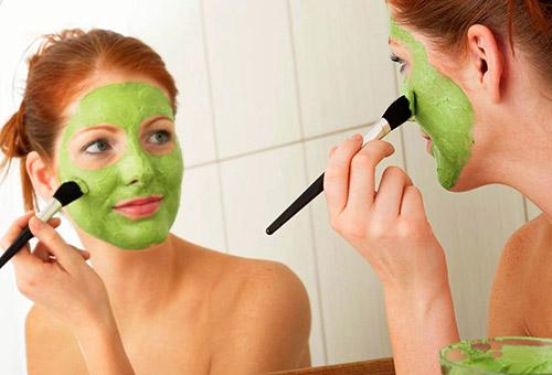 Девушка наносит отбеливающую фруктовую маску для лица