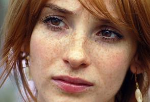 Девушка с веснушками на лице