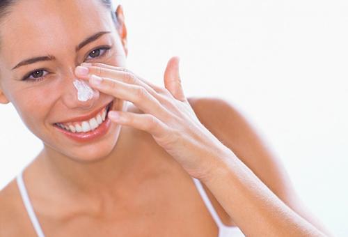 Нанесение питательного крема на лицо