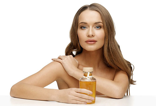 Женщина с бутылочкой кунжутного масла