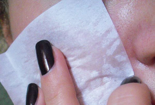 Использование матирующей салфетки для лица