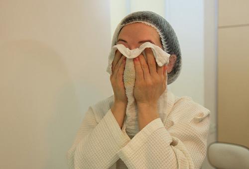 Горячее полотенце для облегчения симптомов жирной себореи
