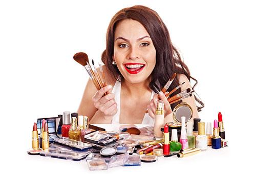 Девушка  с декоративной косметикой