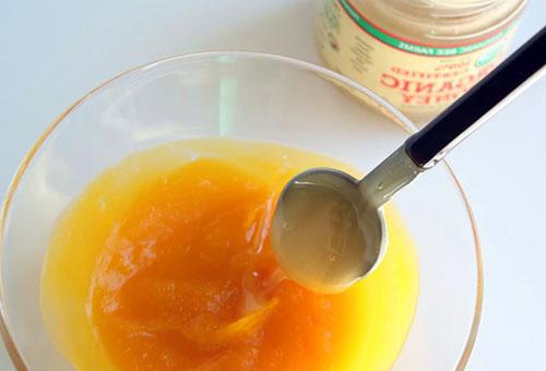 Приготовление абрикосовой маски с медом для кожи вокруг глаз