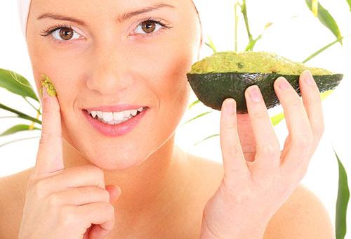 Девушка применяет маску из авокадо