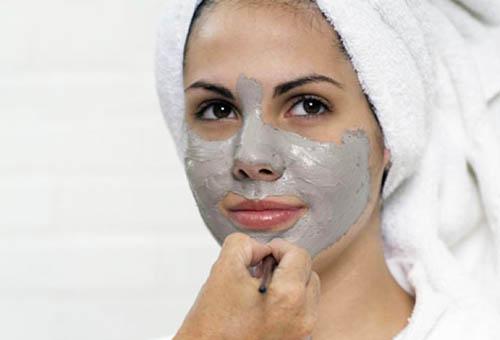 Нанесение на лицо маски из голубой глины