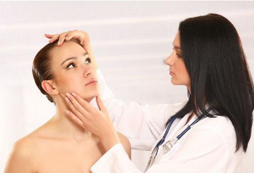 Девушка на приеме у косметолога