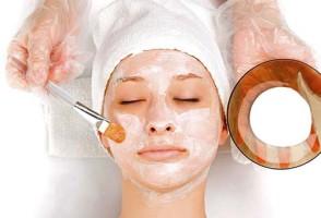 Нанесение маски из аспирина на лицо