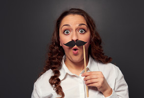 Женщина с накладными усами