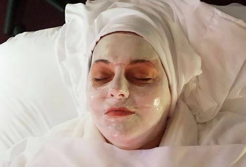 Женщина с парафиновой маской для лица