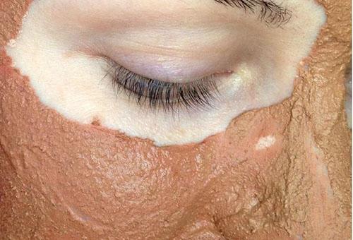 Маска из розовой глины на лице