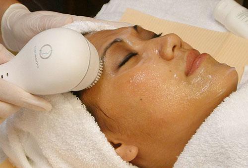Использование электрической щетки для очищения лица