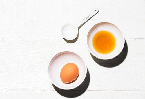 Ингредиенты маски для лица - яйцо и масло шиповника