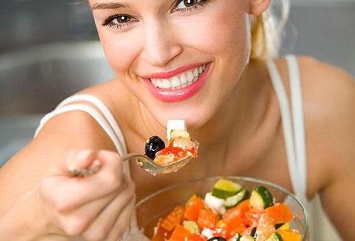 Девушка ест витаминный салат