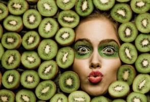 Девушка среди плодов киви