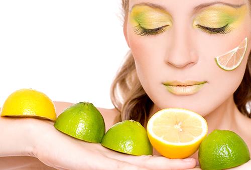 Девушка с лаймами и лимонами