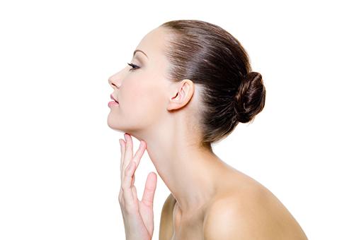 Профиль девушки с длинной шеей