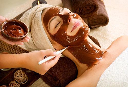 Нанесение на лицо шоколадной маски