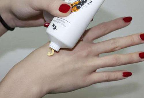 Тестирование морковной маски на руке