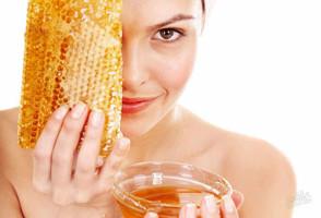 Девушка с медом и сотами