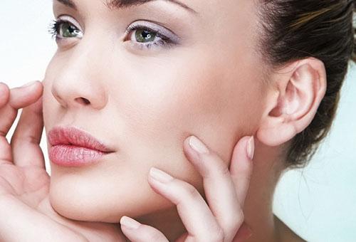 Свежая подтянутая кожа лица у женщины