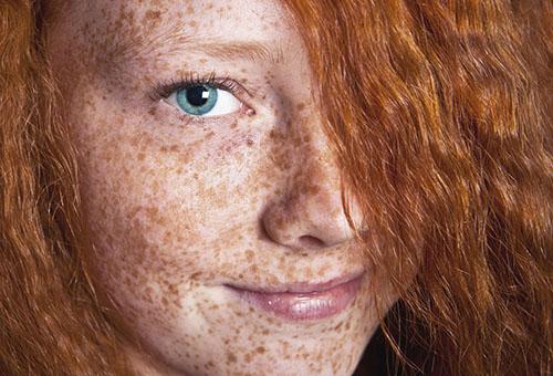 Рыжая девушка с веснушками
