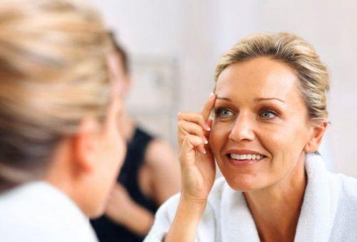 женщина смотрящая в зеркало