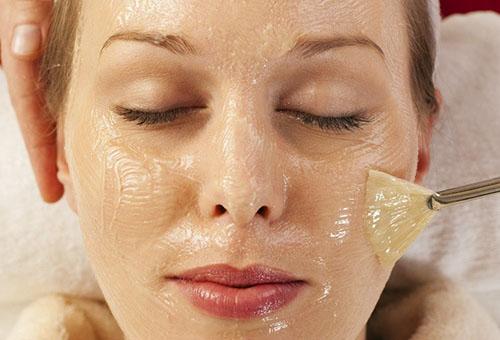 Нанесение желатиновой маски на лицо