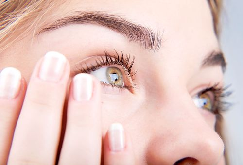 карие глаза женщины