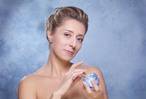 Женщина с кремом для лица